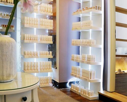 Kosmetik Produkte von Lupin in Verkaufsregal bei Alster Kosmetik
